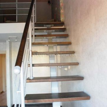 Вид спереди на лестницу