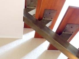 Верхние ступени лестницы на одном косоуре