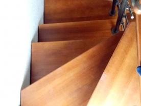 Первые ступени лестницы второй этаж