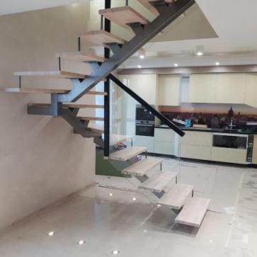 Лестница в просторной гостинной