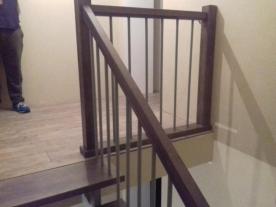 Деревянные ограждения открытой двухкосоурной лестницы