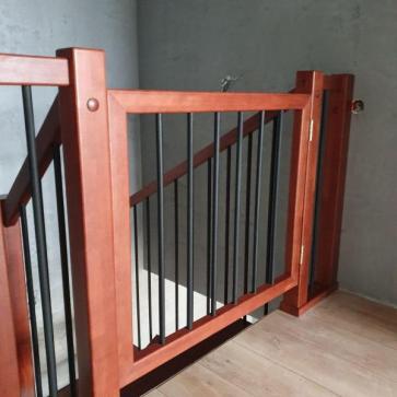 калитка на лестницу для безопастности ребенка