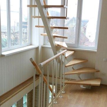 светлый холл с лестницей