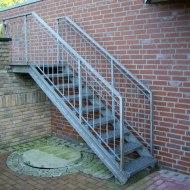 Зовнішні металеві сходи у дворі