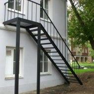 Наружная металлическая лестница на второй этаж
