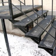 Металлическая лестница на крыльце