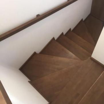 Поручни деревянной лестницы
