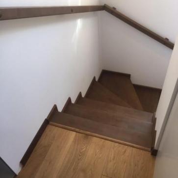 Ступени лестницы из дерева на второй этаж