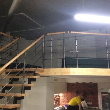Открытая лестница на металлическом каркасе