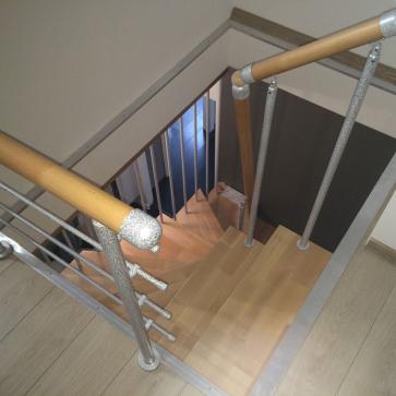 Открытая лестница в маленькой прихожей