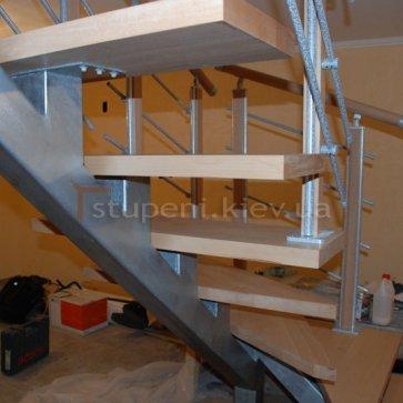 Буковые ступени на лестнице с одним косоуром