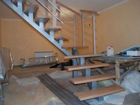 Удобный проход под лестницей
