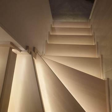 Покраска деревянной лестницы с сохранением структуры