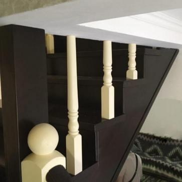 Покраска материала для деревянной лестницы