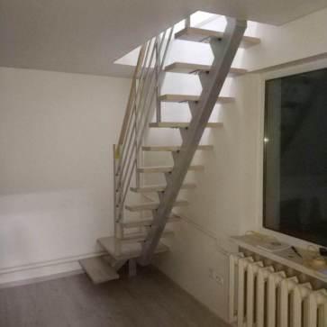Прямая деревянная лестница вид сзади