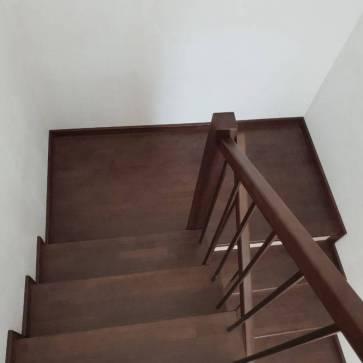 Поворотная деревянная лестница