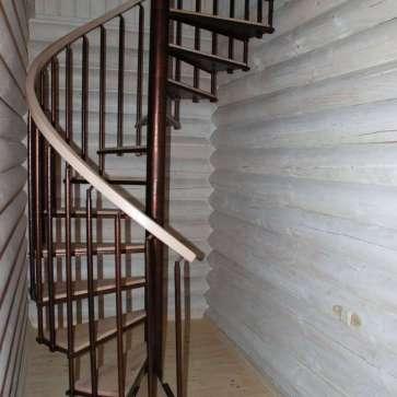 Деревянная винтовая лестница с центральной несущей стойкой