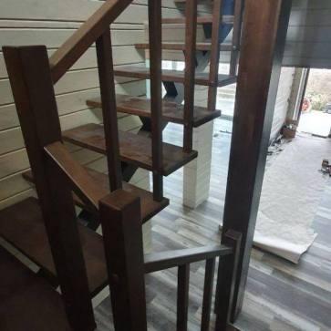 Открытая деревянная лестница вид сверху