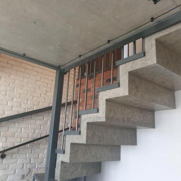 derevyannaya lestnica na betone foto