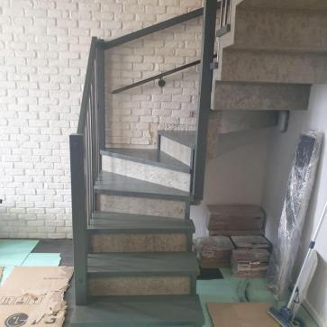 derevyannaya lestnica na betone foto3