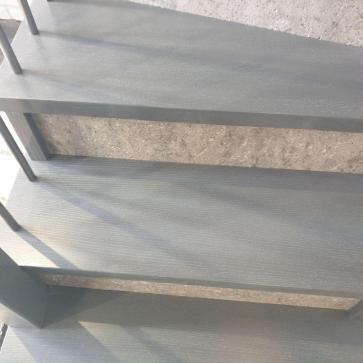 derevyannaya lestnica na betone foto4
