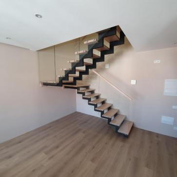 дерев'яні сходи зі склом фото