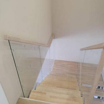 дерев'яні сходи зі склом фото 5