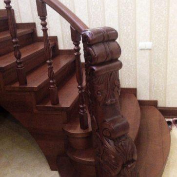 Фигурные столбы из дерева для лестницы