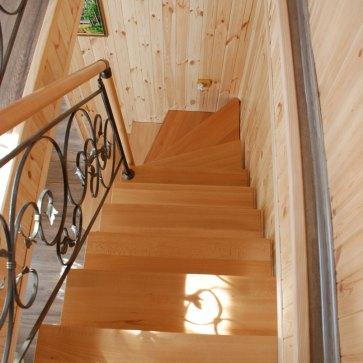 Лестница из твердого дерева