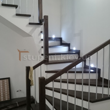 Контрастная поворотная лестница