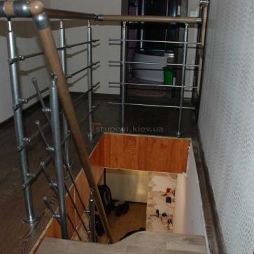 Лестница в узком корридоре