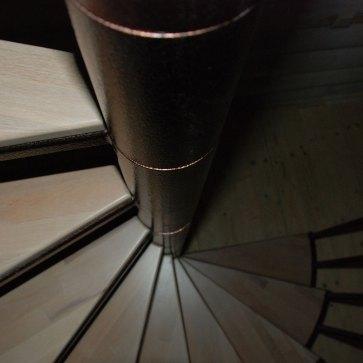 Центральный столб винтовой лестницы