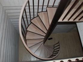 винтовая лестница металл и дерево