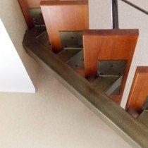 Косоур металлической однокосоурной лестницы