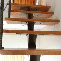 Тонированные буковые ступени однокосоурной лестницы