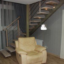 Г образная лестница на одном металлическом косоуре