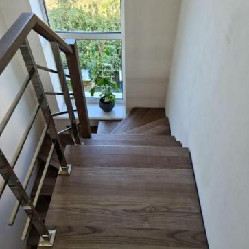 lestnica na vtoroj etazh v malenkom dome foto