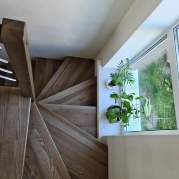 lestnica na vtoroj etazh v malenkom dome foto2