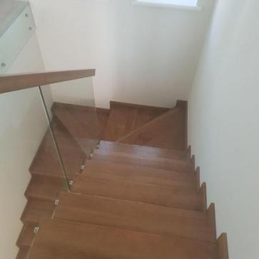 марш лестницы со стеклянным ограждением
