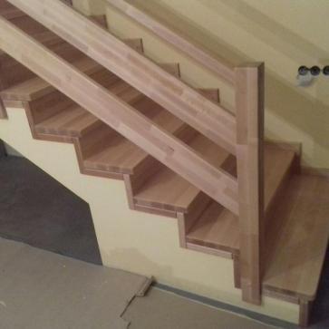 Нижний марш обшитой буком лестницы