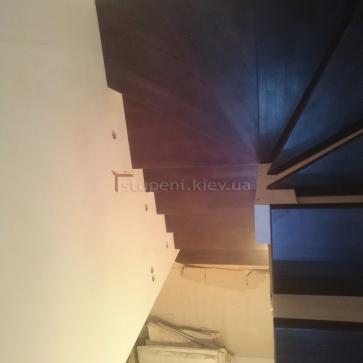 Обшивка металлического столба лестницы