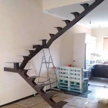 фотография лестницы на одном косоуре