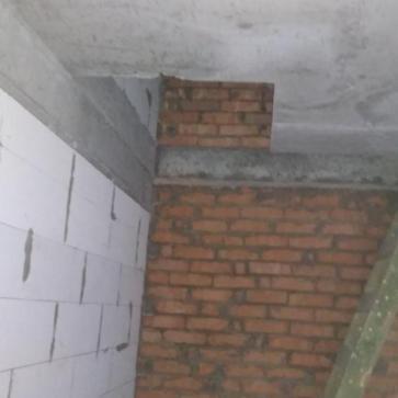 Місце під сходи на одному косоурі з поворотом
