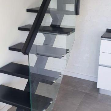 Лестница на одном косоуре с поворотом близко фото 3