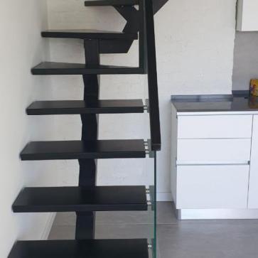 Лестница на одном косоуре с поворотом близко фото 4