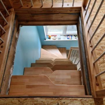 pryamaya derevyannaya lestnica na vtoroj etazh foto4