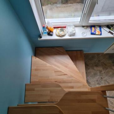 pryamaya derevyannaya lestnica na vtoroj etazh foto5