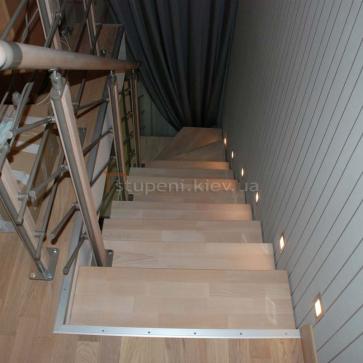 Вид сверху на лестницу