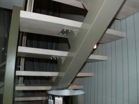 Металлический косоур лестницы