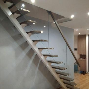 Открытая лестница с стеклянным ограждением